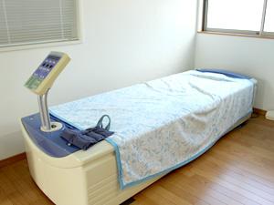水圧の力で全身をほぐす治療です。人の身体は60%水でできているため、水の振動は体の奥深くまで伝わります。水の力でマッサージしますので、刺激は強くありませんが腰にかかる負担がないので、ご高齢の方や骨の弱い方にも安心してご使用いただけます。血行促進などの単なるマッサージの効果だけでなく、水の揺らぎや温かさなどによるリラクゼーション効果も高く、ストレス解消にも効果的です。体と心のリフレッシュに、ぜひご利用ください。※着替えや脱衣は不要です。